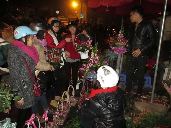 Chợ hoa Quảng Bá tấp nập trước ngày 8-3 ảnh 2