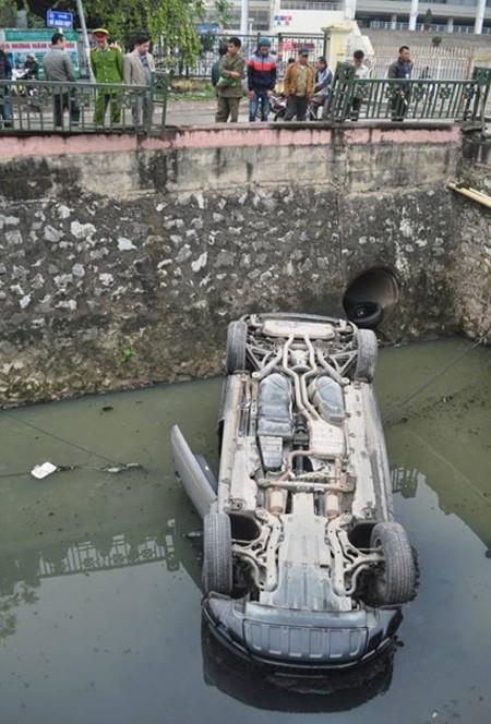 Hà Nội: Nhấn nhầm chân ga, Audi Q7 lật ngửa dưới mương nước ảnh 2