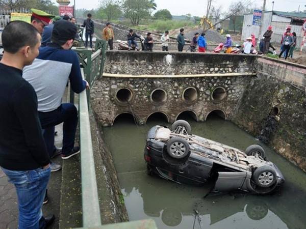 Hà Nội: Nhấn nhầm chân ga, Audi Q7 lật ngửa dưới mương nước ảnh 1