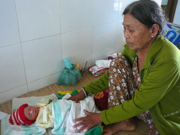 Một trẻ sơ sinh bị bỏ rơi được cứu sống ảnh 1