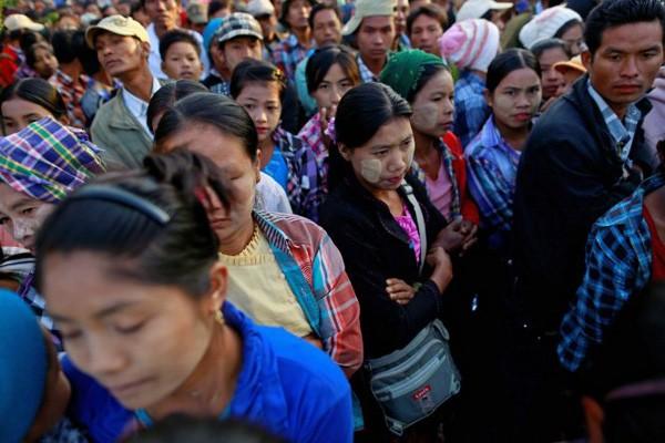Bom rơi từ máy bay Myanmar khiến 4 dân thường tại tỉnh Vân Nam, Trung Quốc thiệt mạng (Ảnh người dân địa phương kéo đến xem sự vụ)