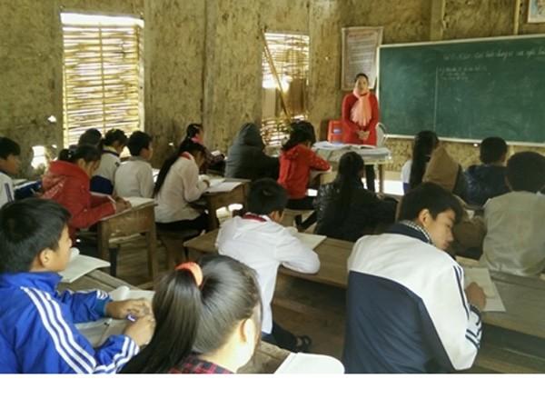 Nhiều học sinh ở Trường THCS Chiềng Sơ, Sơn La hiện vẫn đang phải học trong các phòng học tạm bằng nhà tranh vách đất.