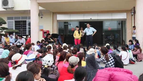 Đại diện Liên đoàn Lao động huyện Thủy Nguyên (Hải Phòng) tổ chức đối thoại với đại diện công nhân Cty TNHH Phong Mậu.