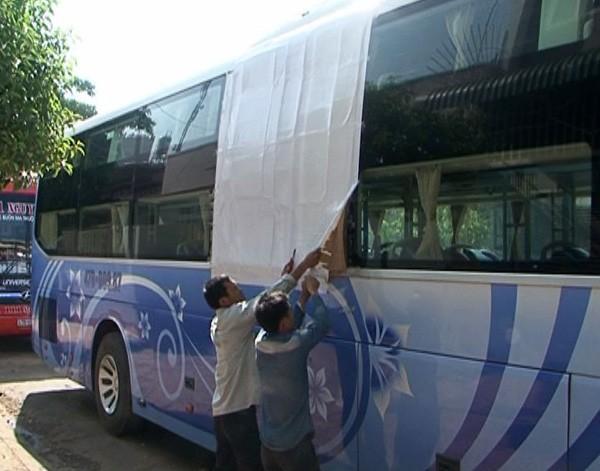 Các nhà xe phải dùng keo dính tạm các cửa bị ném đá vỡ để chạy về Dak Lak.