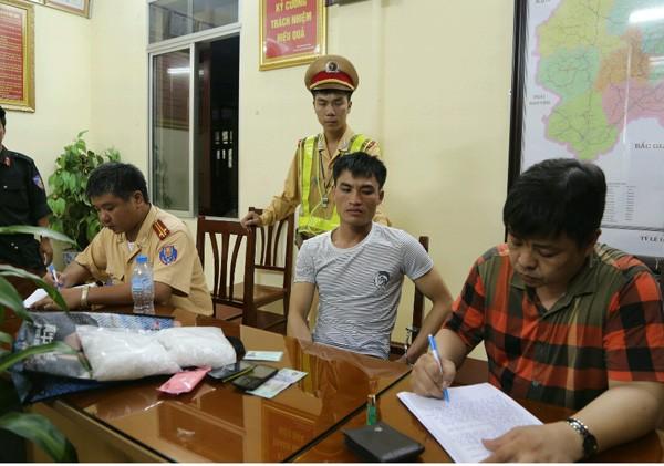 Lực lượng chức năng đang lấy lời khai đối tượng Chinh (áo trắng, ngồi giữa)