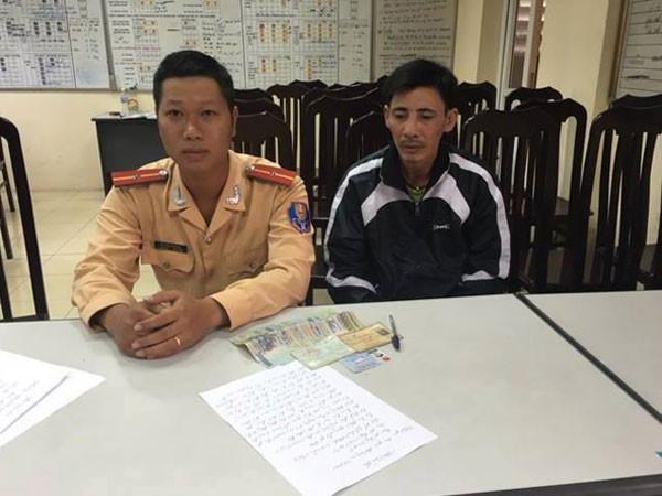 Ông Thanh được mời lên cơ quan Công an để xác minh và nhận lại chiếc ví có 12,8 triệu đồng bên trong, do thiếu úy Đỗ Văn Trường nhặt được ven đường.
