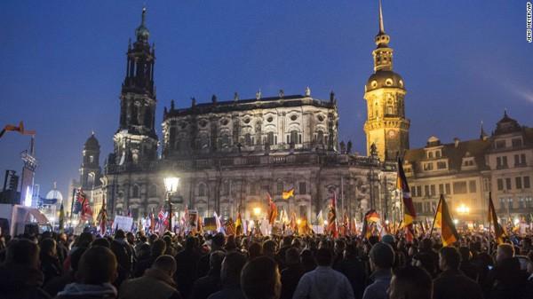 Rất nhiều người Đức tham gia biểu tình phản đối người nhập cư