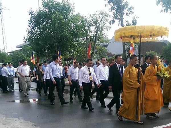 Từng đoàn diễu hành tiến vào nơi tổ chức lễ cầu siêu