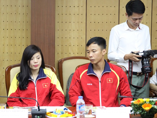 Hai VĐV điền kinh VN Nguyễn Thị Huyền và Nguyễn Văn Hùng cũng có mặt tại buổi lễ.