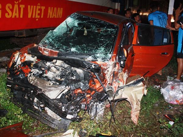 Chiếc xe 4 chỗ hư hỏng nặng sau va chạm