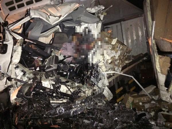 Xe giường nằm đấu đầu xe tải, tài xế tử vong trên ca bin ảnh 1