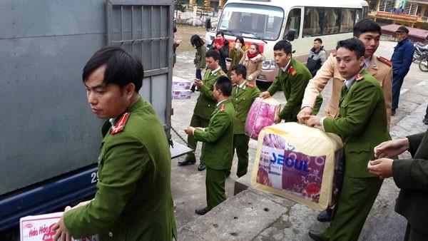 Các chiến sĩ Đoàn Thanh niên Công an huyện Thường Tín chuyển quà xuống xe