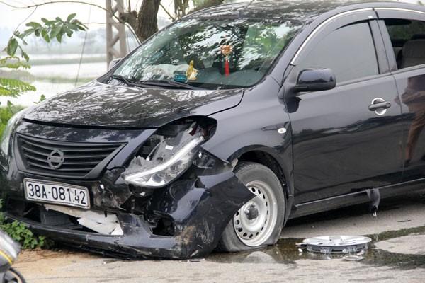 Chiếc ô tô 4 chỗ hư hỏng phần đầu sau cú va chạm