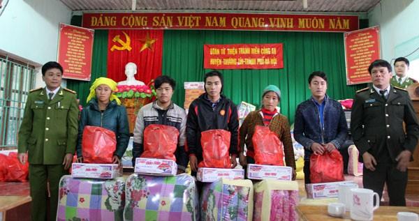 Những món quà tình nghĩa của Công an huyện Thường Tín dành cho đồng bào nghèo vùng cao ảnh 4
