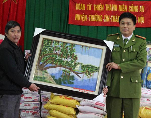 Thượng Tá Nguyễn Văn Phiên đại diện Đoàn Thanh niên trao tặng UBND xã Cao Mã bức tranh kỉ niệm