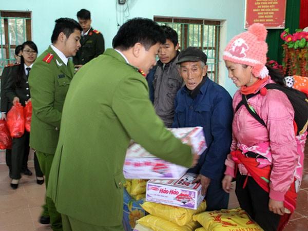 Những món quà tình nghĩa của Công an huyện Thường Tín dành cho đồng bào nghèo vùng cao