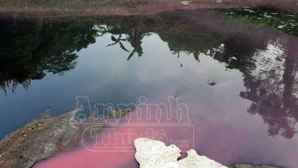 Công ty dệt may Tín Thành thường xuyên xả thải nước có nhiều màu ra sông Nhuệ