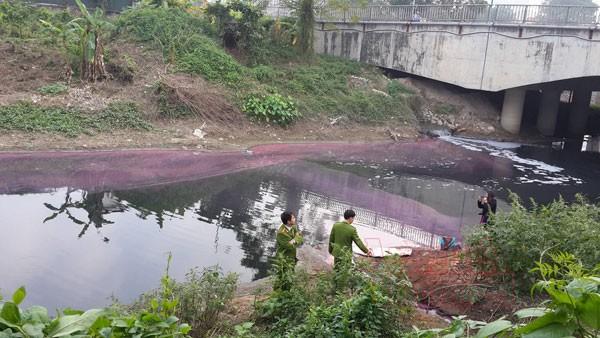 Công ty dệt may Tín Thành xả nước thải hóa chất thẳng ra sông Nhuệ