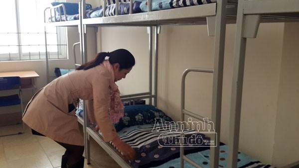 Các nhân viên kí túc xá Đại học Quốc gia Hà Nội đang chuẩn bị phòng để đón tiếp những người có hoàn cảnh khó khăn, những người vô gia cư đến ở.