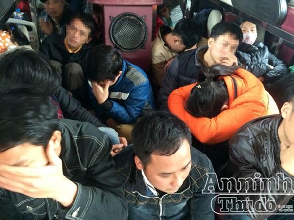 Hành khách ngồi chen nhau dưới sàn xe khách