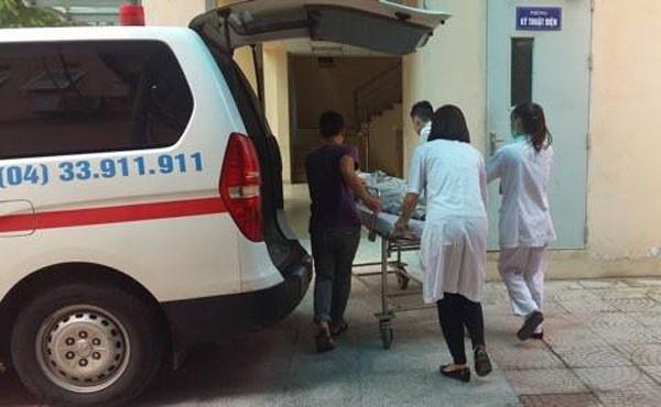 Các y bác sĩ vội vã đưa thẳng bệnh nhân lên phòng mổ