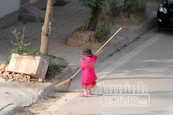 Dân mạng trắc ẩn cảnh em bé cùng mẹ dọn rác ngày Tết ảnh 2
