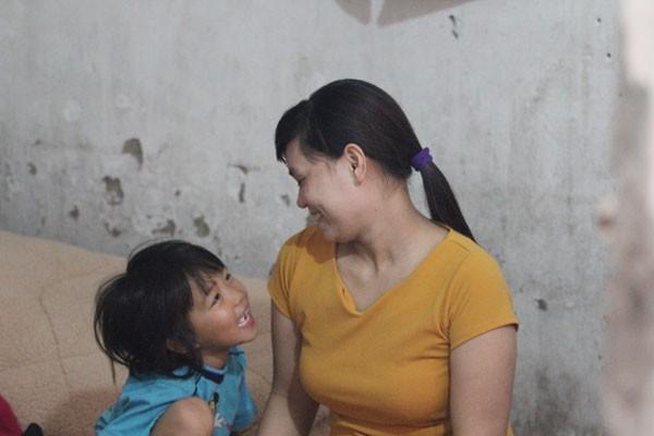 Chị Thơm và con gái