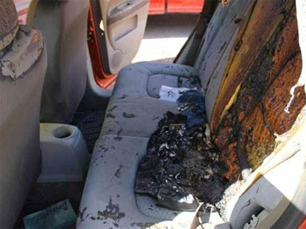 Ghế sau xe bốc cháy khi bình cứu hoả phát nổ và bắn ra sau.