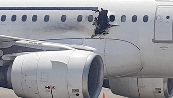 Vụ đánh bom làm thủng một lỗ rộng chừng 1 mét trên vỏ máy bay.