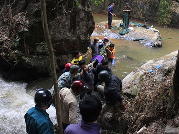 Di chuyển thi thể 3 nạn nhân ra khỏi thác Datanla