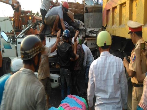 Người dân cạy cửa xe tải đưa nạn nhân ra ngoài.