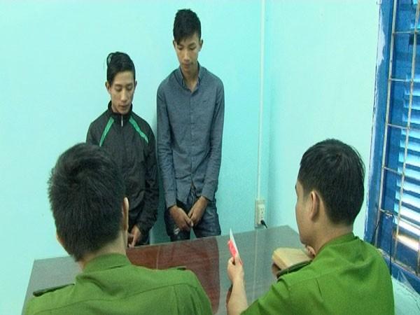 Công an huyện M'DRắk đang làm việc với các đối tượng.