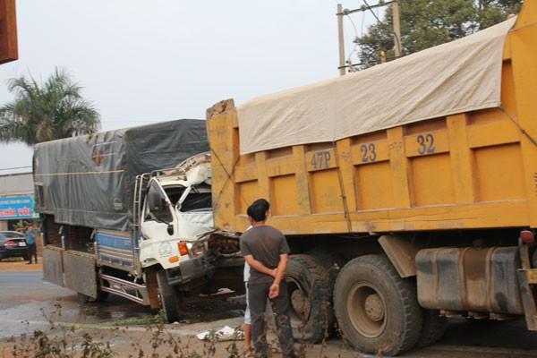 Tông đuôi xe ben, tài xế và phụ xe tải nguy kịch nhập viện ảnh 2