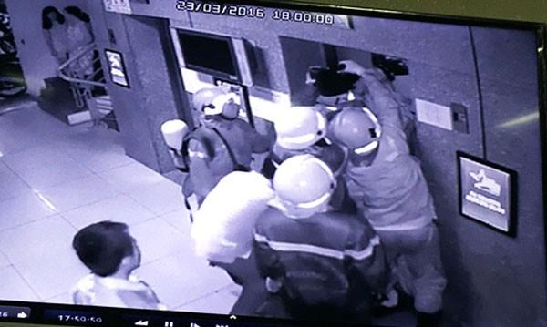 Lực lượng chức năng đang giải cứu các nạn nhân trong thang máy