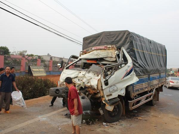 Đầu chiếc xe tải bị hư hỏng nặng sau vụ tai nạn.