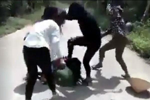 Nữ sinh Nga bị đánh hội đồng (ảnh cắt từ clip).