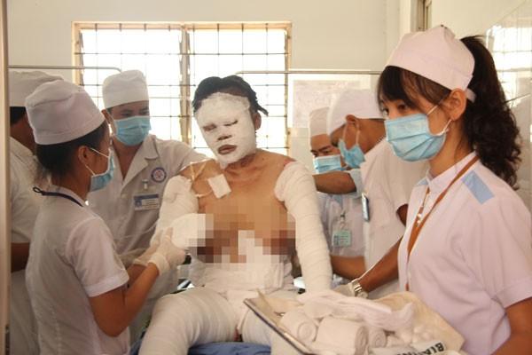 Các bác sĩ của Bệnh viện đa khoa tỉnh Đắk Lắk đang điều trị cho các nạn nhân.