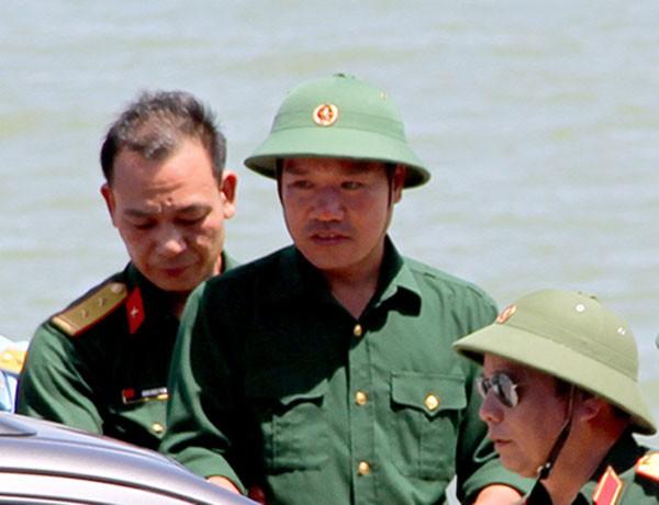 Thiếu tá Cường (giữa) được đưa vào bờ an toàn lúc 13h30' ngày 15/6. Ảnh: Đức Hùng