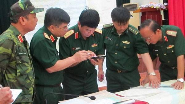 Lực lượng chức năng họp bàn phương án triển khai tìm kiếm.