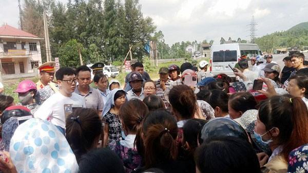 Đông đảo công nhân tập trung phản đối hành động cấm đường của người dân.