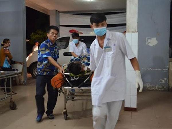 Quân y Vùng CSB 4 phối hợp đưa ngư dân gặp nạn về Bệnh viện Đa khoa huyện Phú Quốc cứu chữa.
