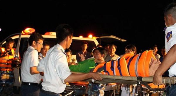 Các ngư dân bị thương được các chiến sĩ CSB đưa lên xe đi cấp cứu.
