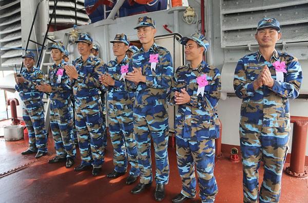 Trung tá Trương Đình Tuyền, Chính trị viên Tàu 13 gắn hoa bắn giỏi cho kíp bắn ngay trên boong tàu.