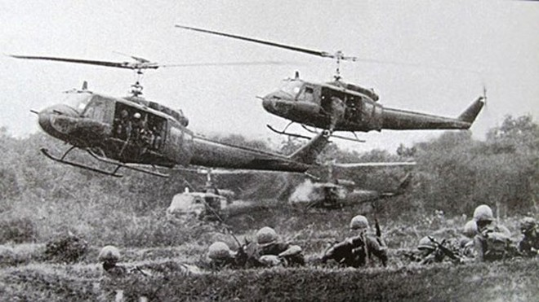 Trực thăng địch đổ quân xuống Ấp Bắc năm 1965. Ảnh tư liệu.