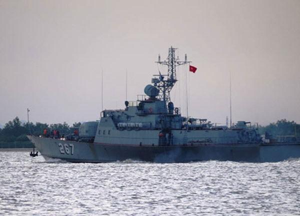 Tàu HQ 267 của Quân chủng Hải quân đi trước dẫn đường cho HQ 561 vào cảng.