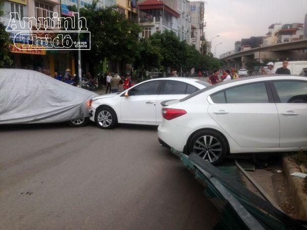 Hà Nội: Vừa nhận ô tô mới, đã gây ra tai nạn liên hoàn ngay cửa showroom
