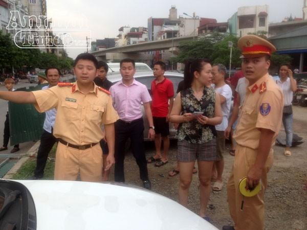 Lực lượng Công an đang giải quyết vụ tai nạn.