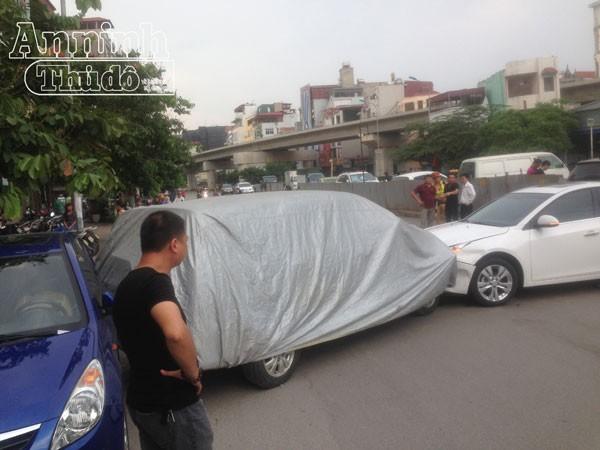 Vụ tai nạn khiến 4 xe ô tô hư hỏng.