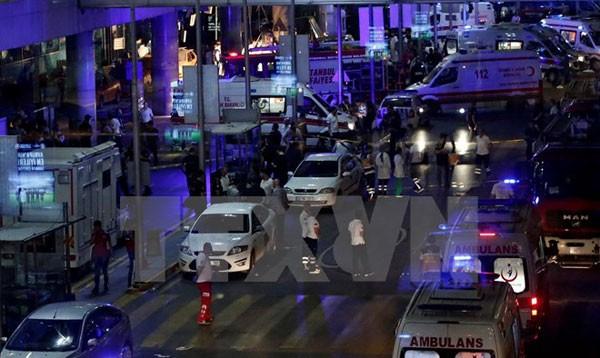 Các điều tra viên làm nhiệm vụ tại hiện trường vụ tấn công. (Nguồn: EPA/TTXVN)