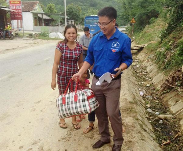 Cán bộ huyện đoàn Tương Dương đón tiếp thí sinh chuẩn bị lên xe.